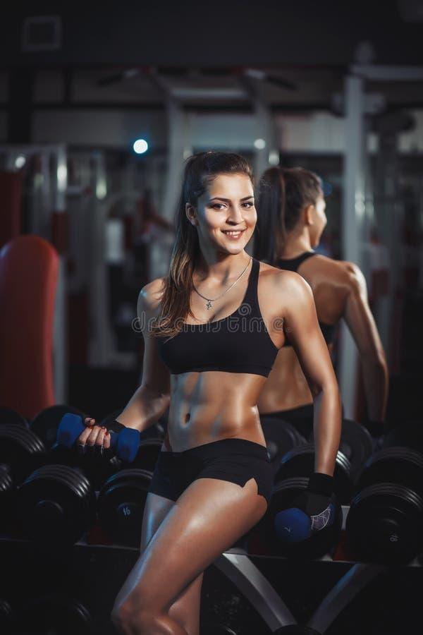 Sportowa młoda kobieta w gym obrazy royalty free