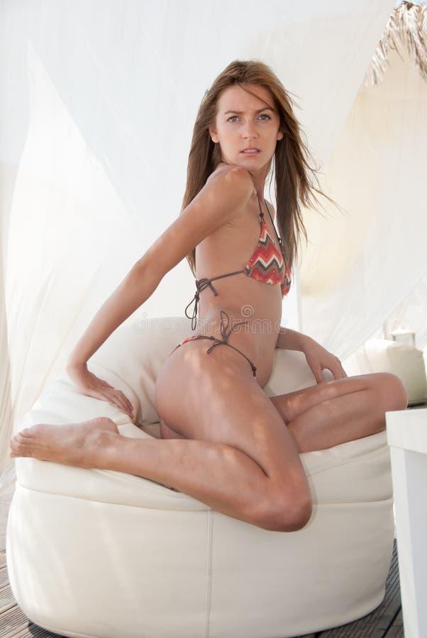 Sportowa szczupła blond dama jest ubranym bikini otaczającego tkaninami obrazy royalty free