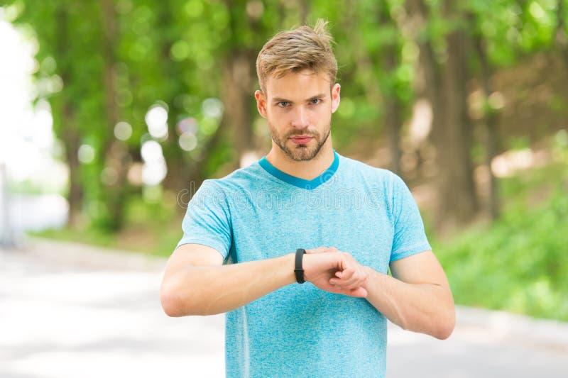 Sportowa szkolenie z mądrze zegarkiem Ustawianie sprawności fizycznej tropiciel Sprawno?? fizyczna trener Pożytecznie położenia N zdjęcie stock