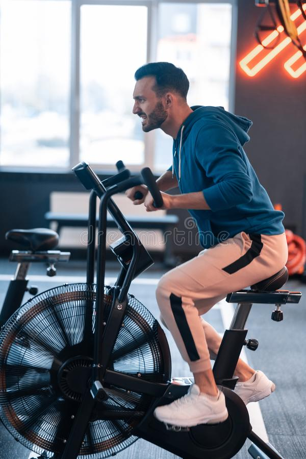 Sportowego mężczyzny uczucia skołowany jeździć na rowerze zbyt długo obrazy royalty free