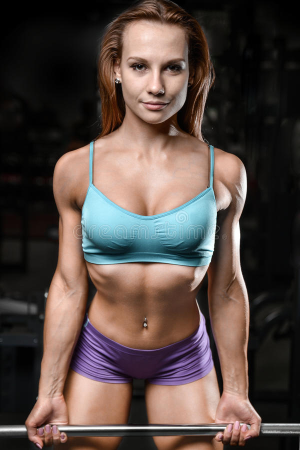 Sportowej młodej kobiety pozuje i ćwiczy wzorcowy sprawność fizyczna trening obraz royalty free