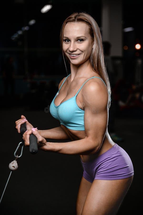 Sportowej młodej kobiety pozuje i ćwiczy wzorcowy sprawność fizyczna trening obrazy stock
