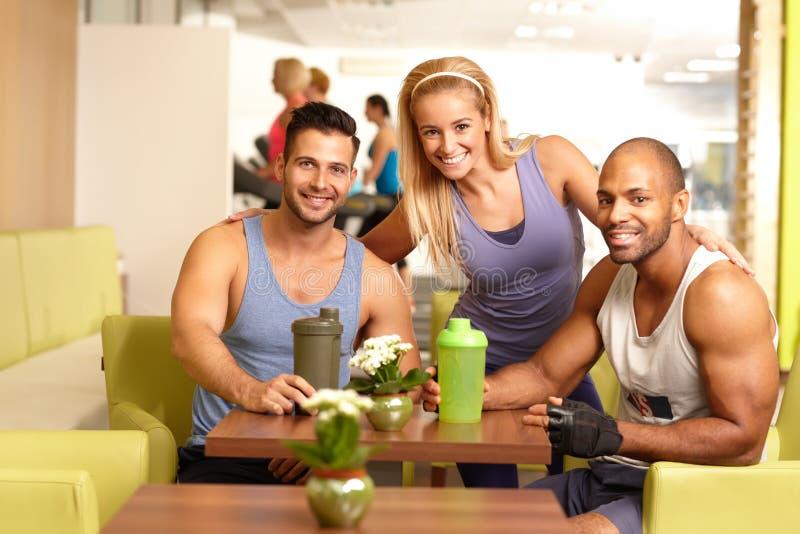 Sportowi młodzi ludzie w gym zdjęcia stock
