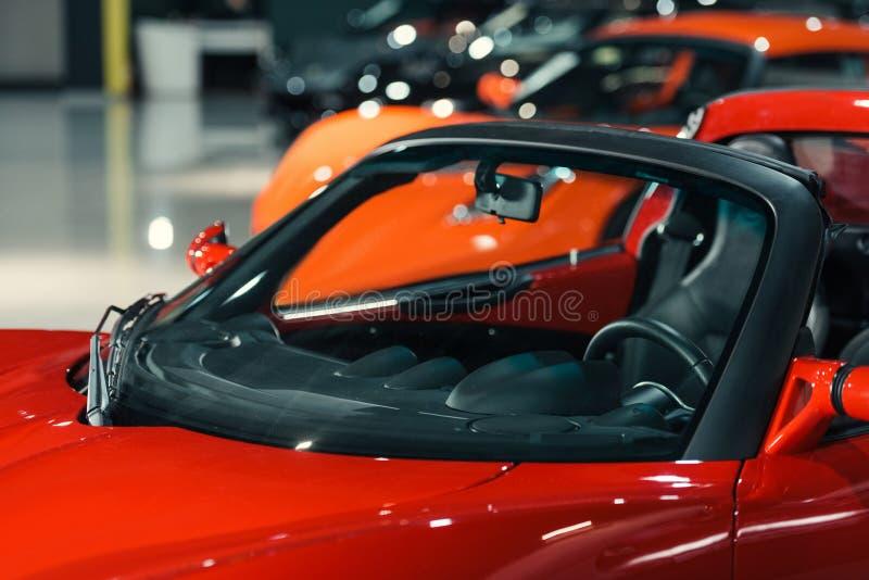 sportowi samochody stoi w rzędzie przy samochodową sala wystawową fotografia stock