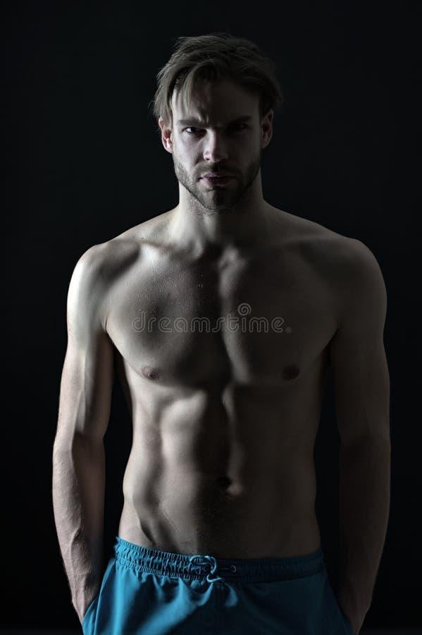 Sportowiec z seksowną półpostaci, klatka piersiowa treningu i szkolenia aktywnością w gym i Mężczyzna z sześć paczkami i ab mięśn obrazy royalty free