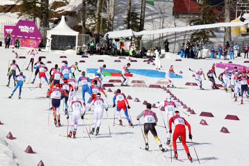 Sportowowie podczas mężczyzna Przez cały kraj 50km masowego początku obraz stock