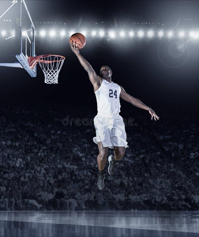Sportowy amerykanina afrykańskiego pochodzenia gracz koszykówki zdobywa punkty kosz obrazy stock