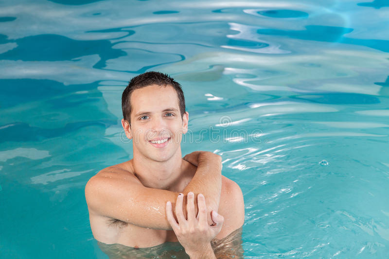 Sportowy facet wśrodku basenu zdjęcia royalty free