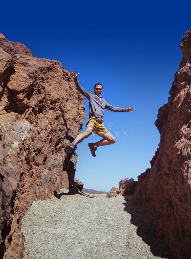 Sportowy faceta bieg na pustyni fotografia stock