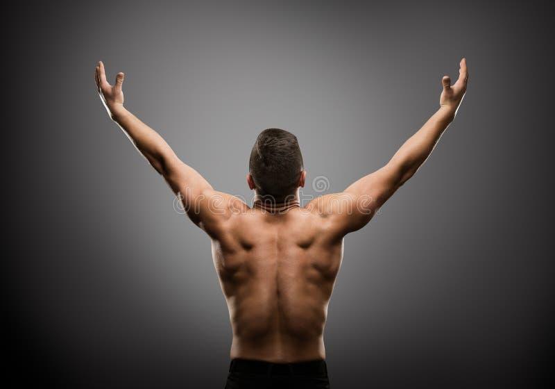 Sportowy mężczyzna Podnosić Otwarte ręki, Mięśniowego atlety ciała plecy Tylni widok obrazy stock