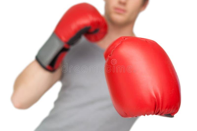 Sportowy mężczyzna jest ubranym czerwone bokserskie rękawiczki obraz stock