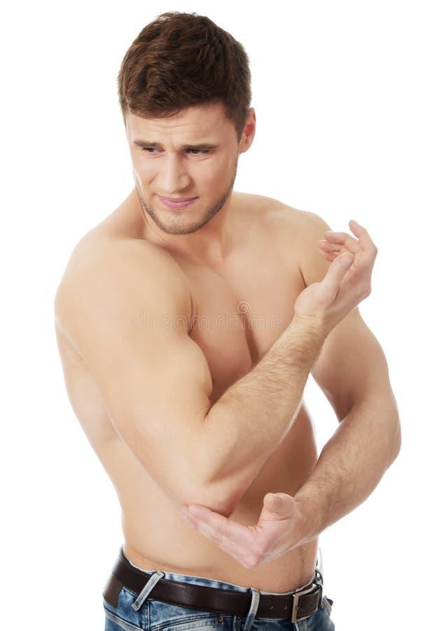 Sportowy mężczyzna uczucia ból w jego łokciu obrazy stock