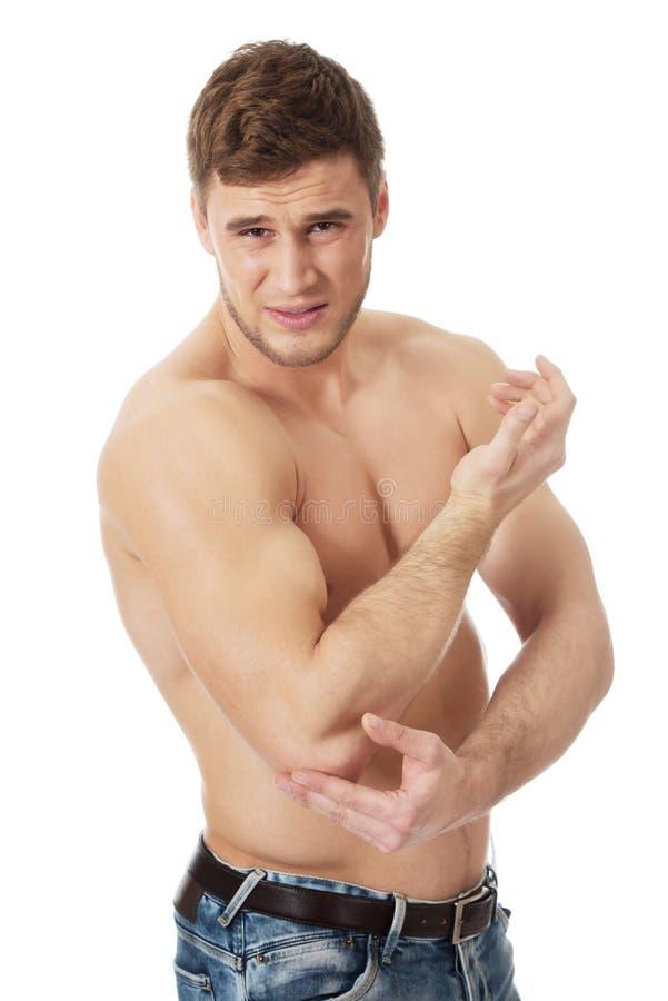 Sportowy mężczyzna uczucia ból w jego łokciu zdjęcia stock