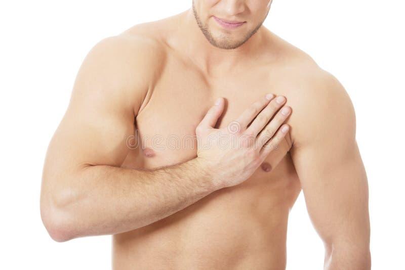Sportowy mężczyzna uczucia ból w jego klatce piersiowej fotografia stock