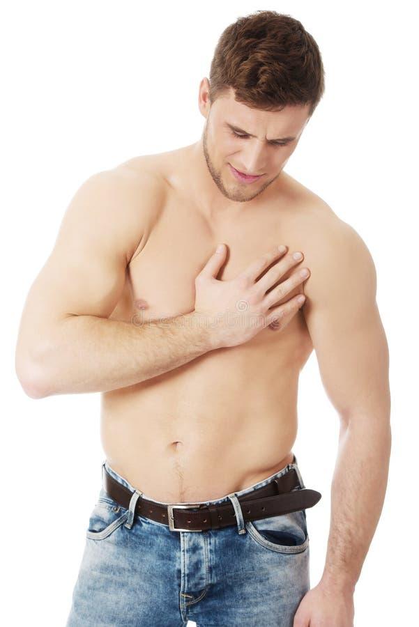 Sportowy mężczyzna uczucia ból w jego klatce piersiowej obrazy stock