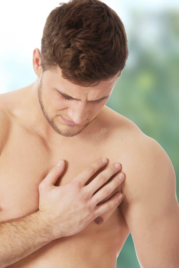 Sportowy mężczyzna uczucia ból w jego klatce piersiowej obraz stock