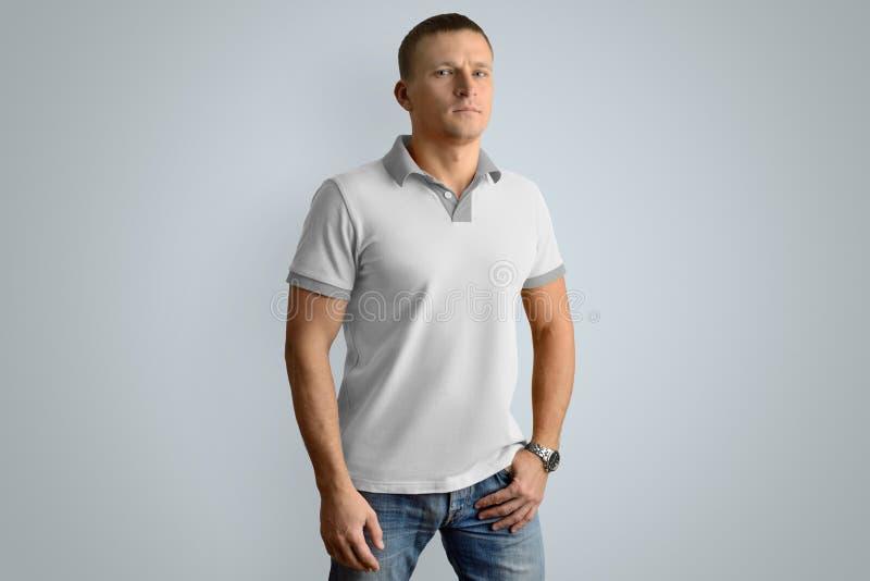 Sportowy mężczyzna w pustej polo koszula Mockup dla twój projekta lub fotografia royalty free