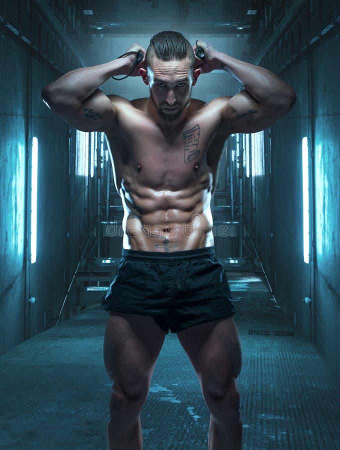 Sportowy mężczyzna Zgina skręcarka baru Za jego głową zdjęcie royalty free