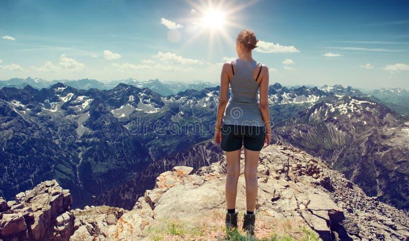 Sportowy młoda kobieta wycieczkowicz cieszy się widok zdjęcia stock
