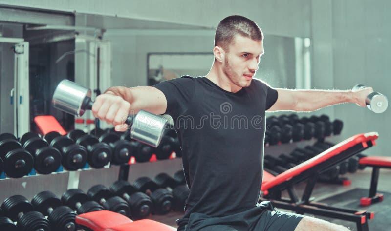 Sportowy młodego człowieka ćwiczyć obrazy royalty free