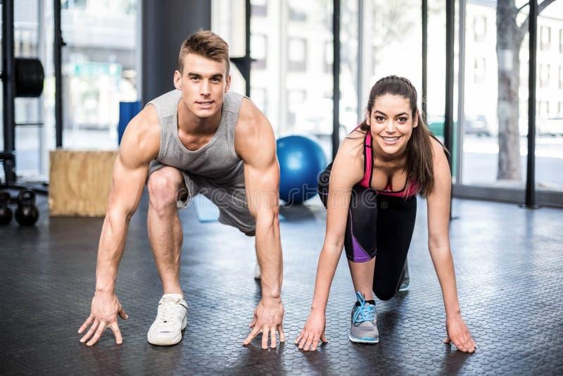 Sportowy pary rozciąganie zdjęcie stock