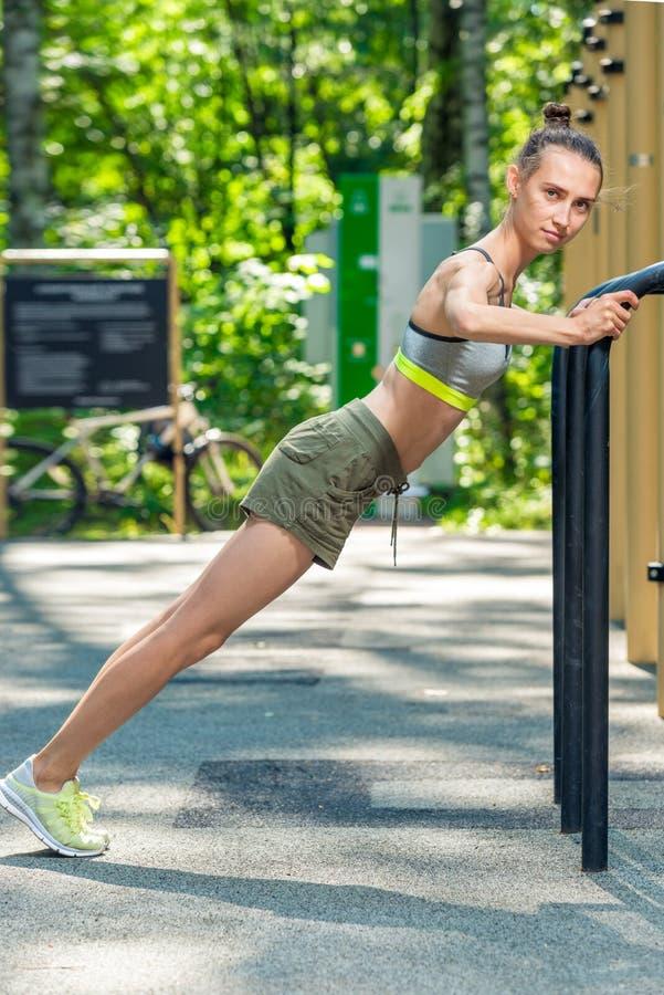 sportowy trener robi prasy ćwiczy na sportach mlejących obrazy royalty free