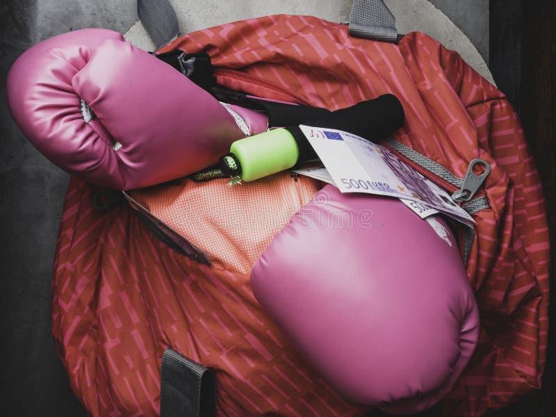 Sportpåse och idrottshallutrustning som boxninghandskar, hoppa rep, duffel och kassaeuropengar royaltyfria bilder