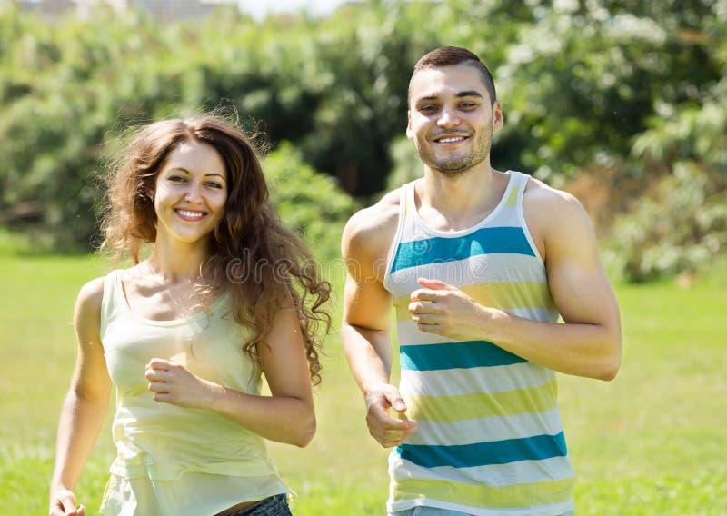 Sportpaar in het park stock fotografie