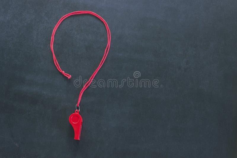 Sportpfeife auf einer roten Spitze Es wird in Form eines Fragezeichens ausgebreitet Konzeptsportwettbewerb, Referent, Statistiken lizenzfreie stockfotos