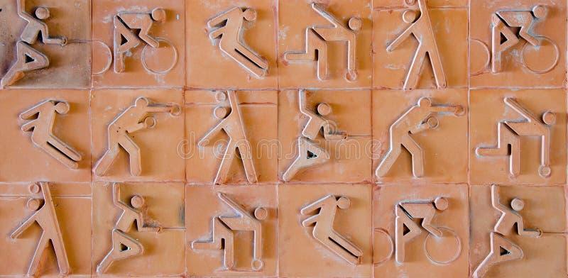 Sportpictogram Sportpictogram dat op aardewerkbaksteen wordt geplaatst stock afbeeldingen