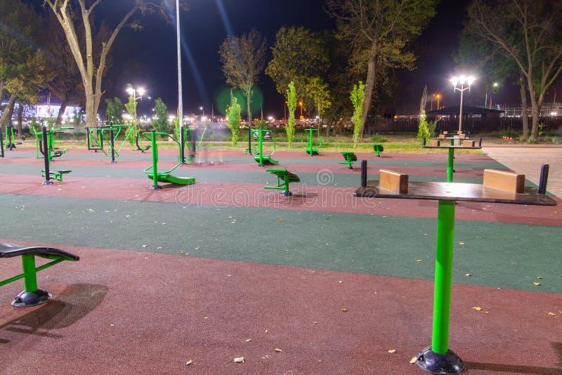Sportplatz im Freien im Stadtpark Nachtansichtlandschaft stockbild
