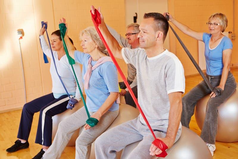 Sports aînés avec la bande d'exercice image libre de droits
