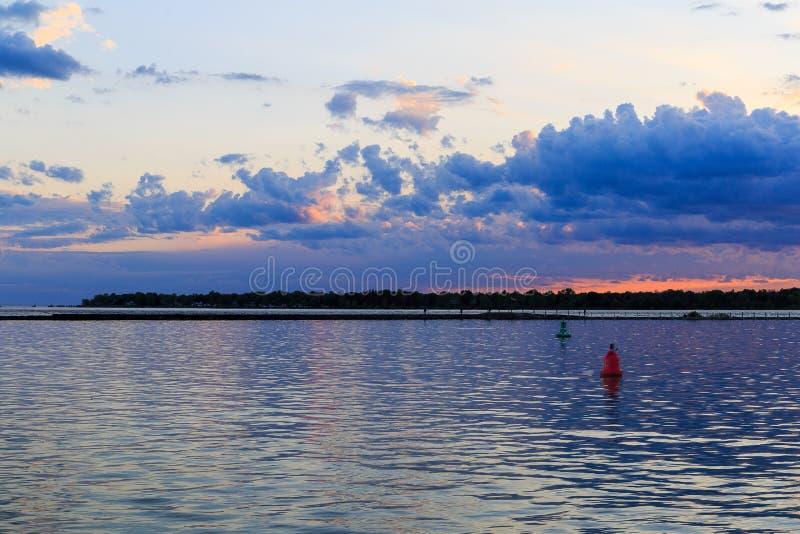Sports aquatiques, navigation, kayaking, détendant sur le parc de lac buffalo NY photo libre de droits