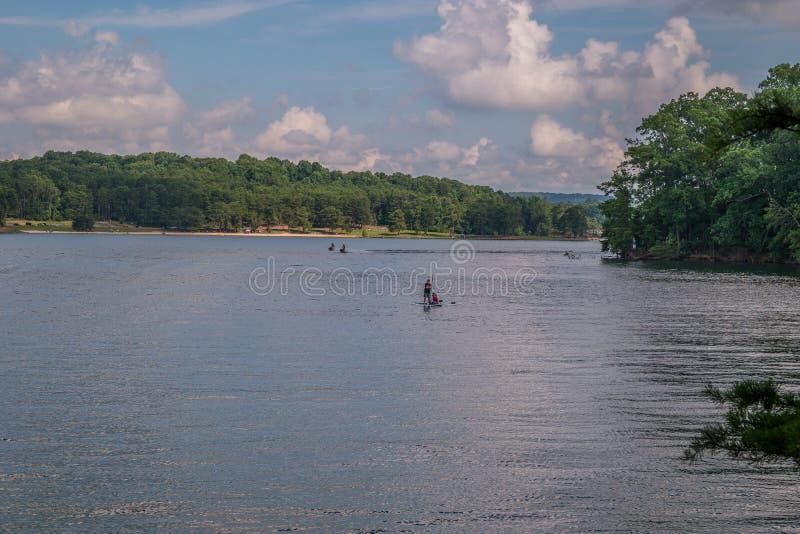 Sports aquatiques récréationnels sur le lac photo libre de droits