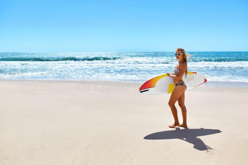 Sports d'eau Surfer Femme avec la planche de surf des vacances de vacances d'été photographie stock