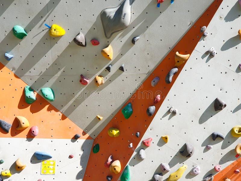 Sports d'intérieur et en plein air escaladant le mur en pierre photos libres de droits
