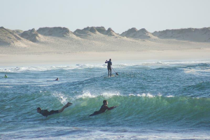 Sports de Nautic dans Baleal, Portugal : surfer de bodyboard et de palette photo stock