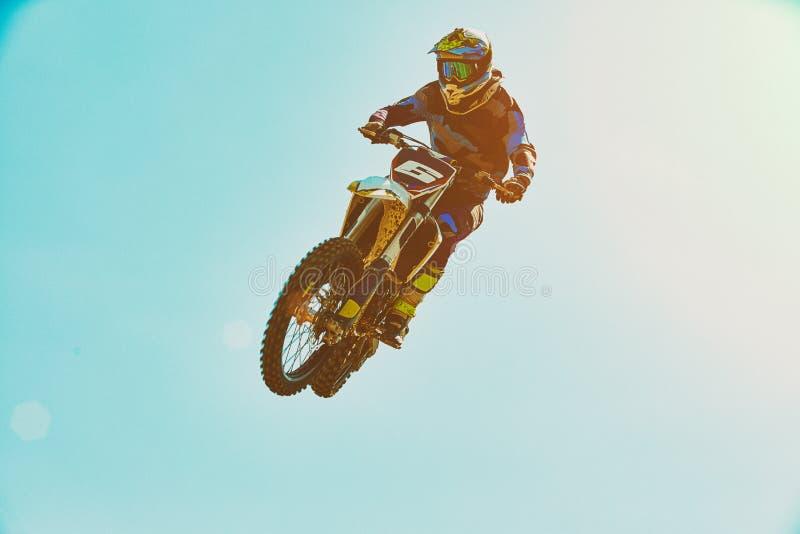 Sports extr?mes, sauter de moto Le motocycliste fait un saut extr?me contre le ciel Sports extr?mes, moto photographie stock libre de droits