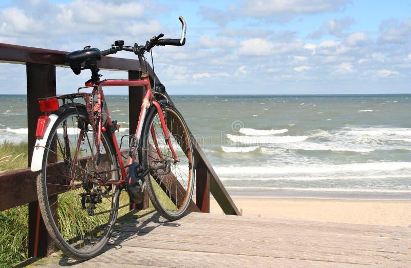 Sportsbike en la playa imagen de archivo