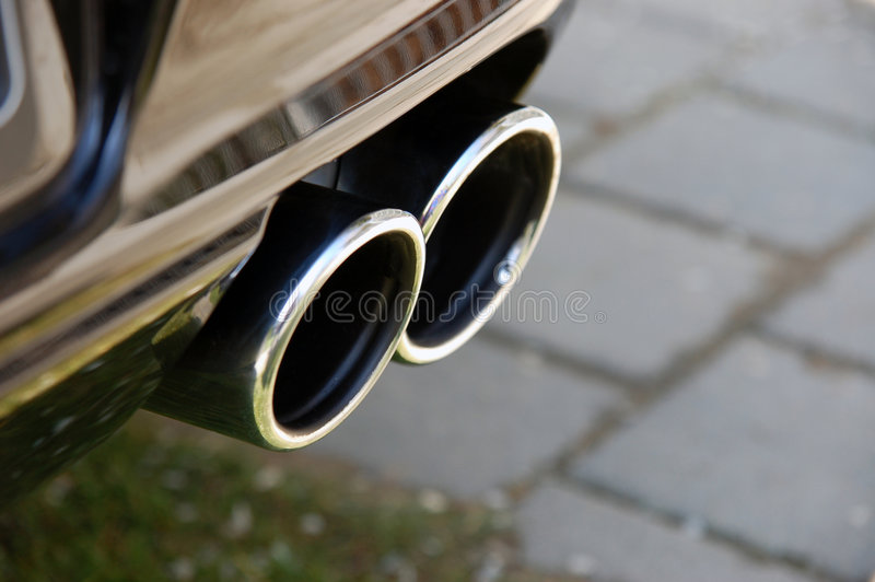 Sportscar Auspuff lizenzfreie stockbilder