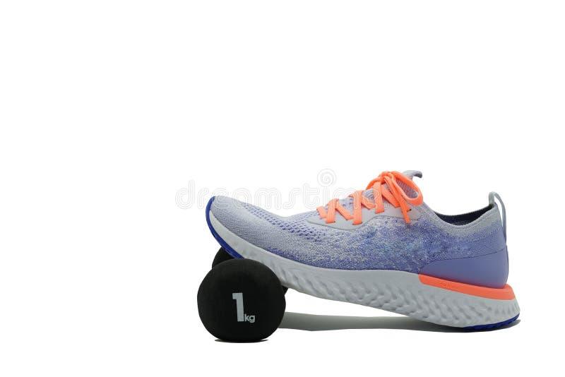 Sportschoen en -schoen op witte achtergrond, zijkant, met kopieerruimte stock afbeeldingen