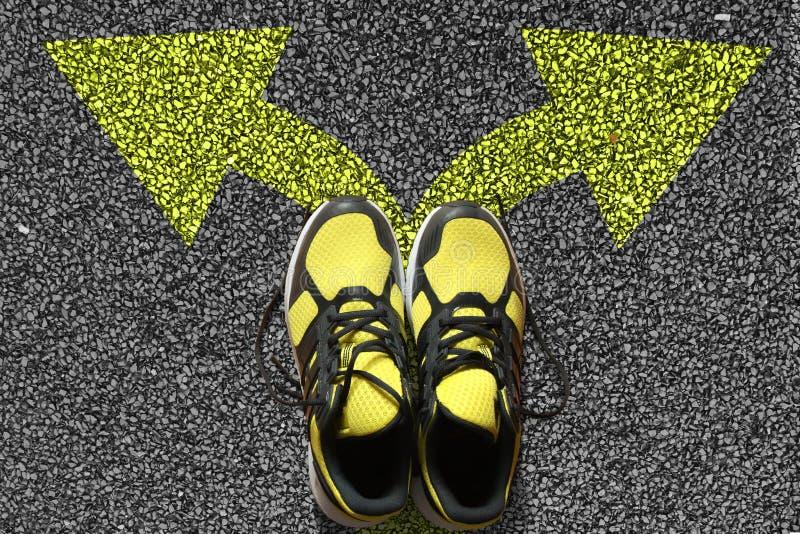 Sportschoenen en pijlen stock afbeeldingen
