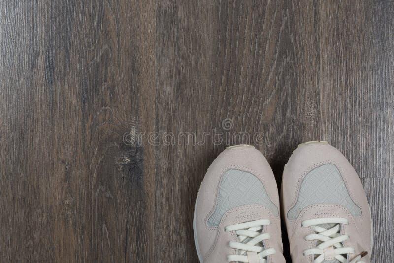 Sportschoenen op grijze vloer thuis royalty-vrije stock fotografie