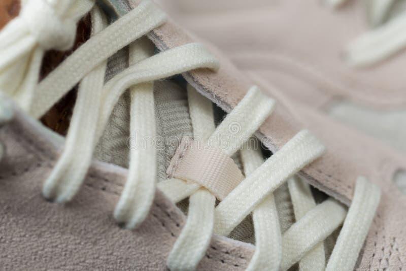 Sportschuhe mit weißen Spitzeen stockfotografie