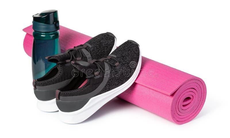 Sportschuhe und Yogamatte lizenzfreies stockfoto