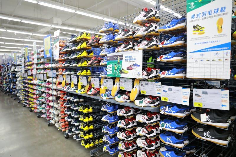 Sportschuhe verkaufen im Shop, Sportschuhbereich im Zehnkampfspeicher lizenzfreie stockfotos