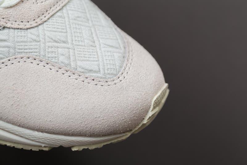 Sportskor med vit snör åt royaltyfri foto