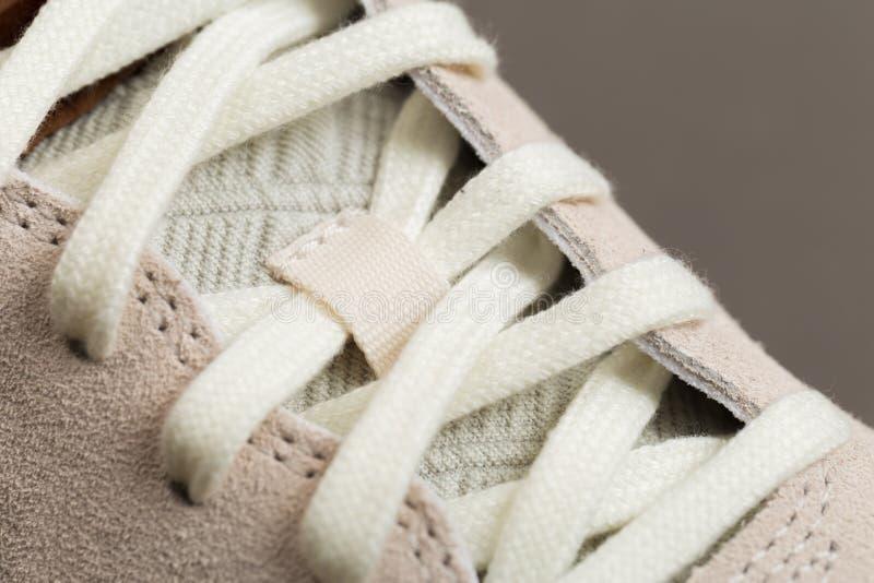 Sportskor med vit snör åt arkivbild