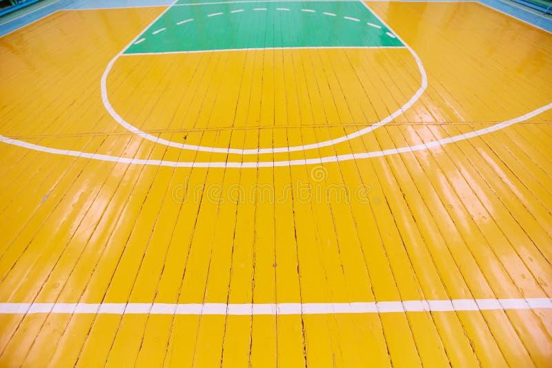 Sportslig korridor f?r skola Detalj av teckning p? golvet i idrottshallen arkivfoton