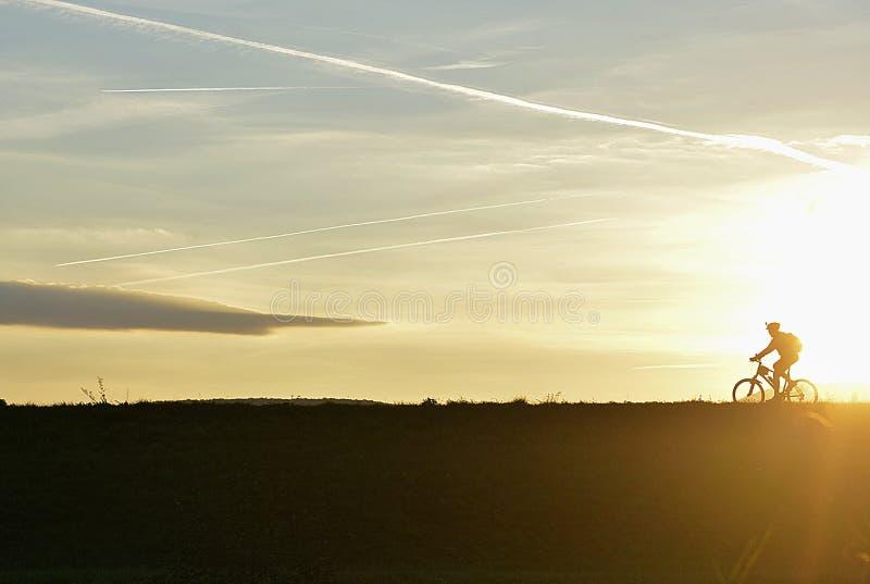 Sportsligt i den tidiga aftonen i natur på solnedgången arkivbild
